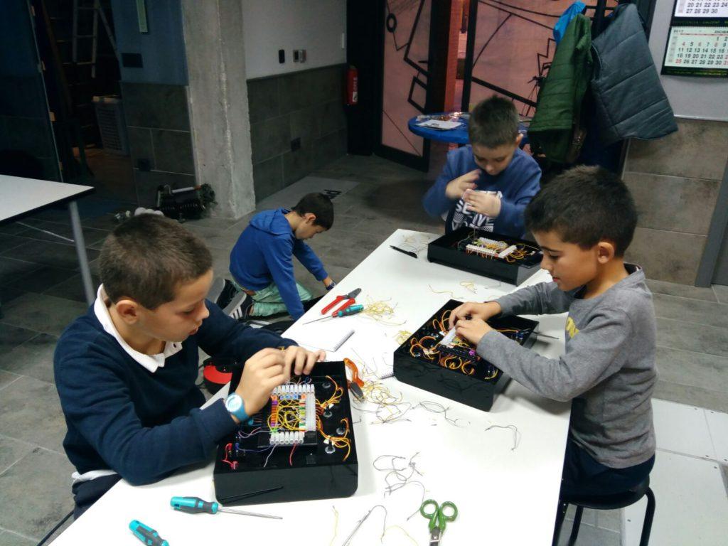 Alumnos de la extraescolar de electricidad de Ansoáin, con sus entrenadores eléctricos infantiles
