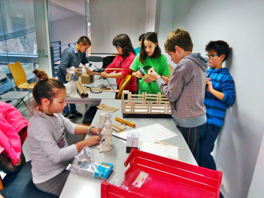 Los alumnos de la extraescolar de Obanos en sus talleres