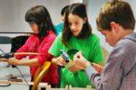 Alumnos de la extraescolar de electricidad trabajando en sus proyectos