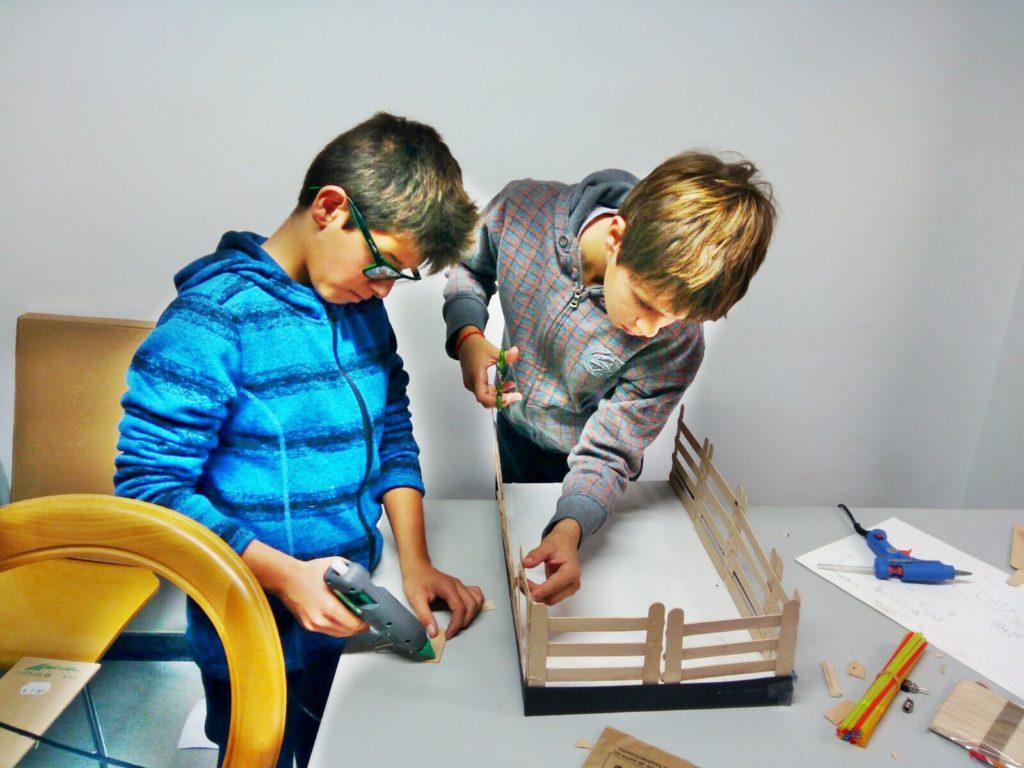 Dos alumnos de Obanos preparando su proyecto en la extraescolar de electricidad