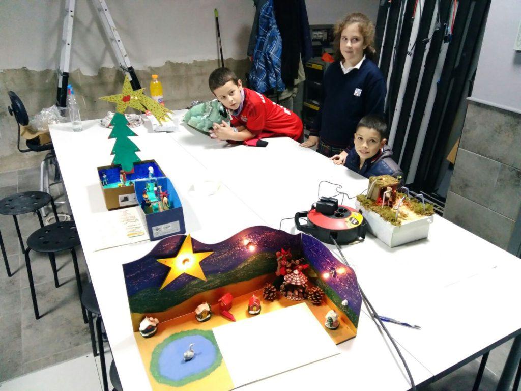 Algunos alumnos de la extraescolar de electricidad de Ansoáin con sus proyectos de Navidad