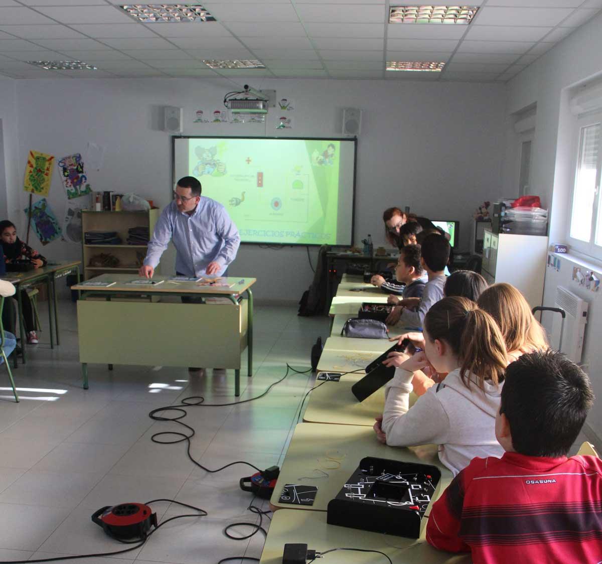 Juan Carlos Lacheta dando clases de electricidad